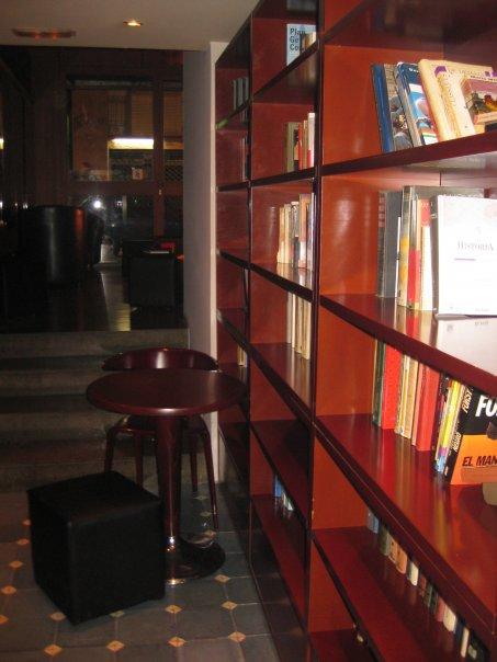 Estantería de libros en Lletraferit