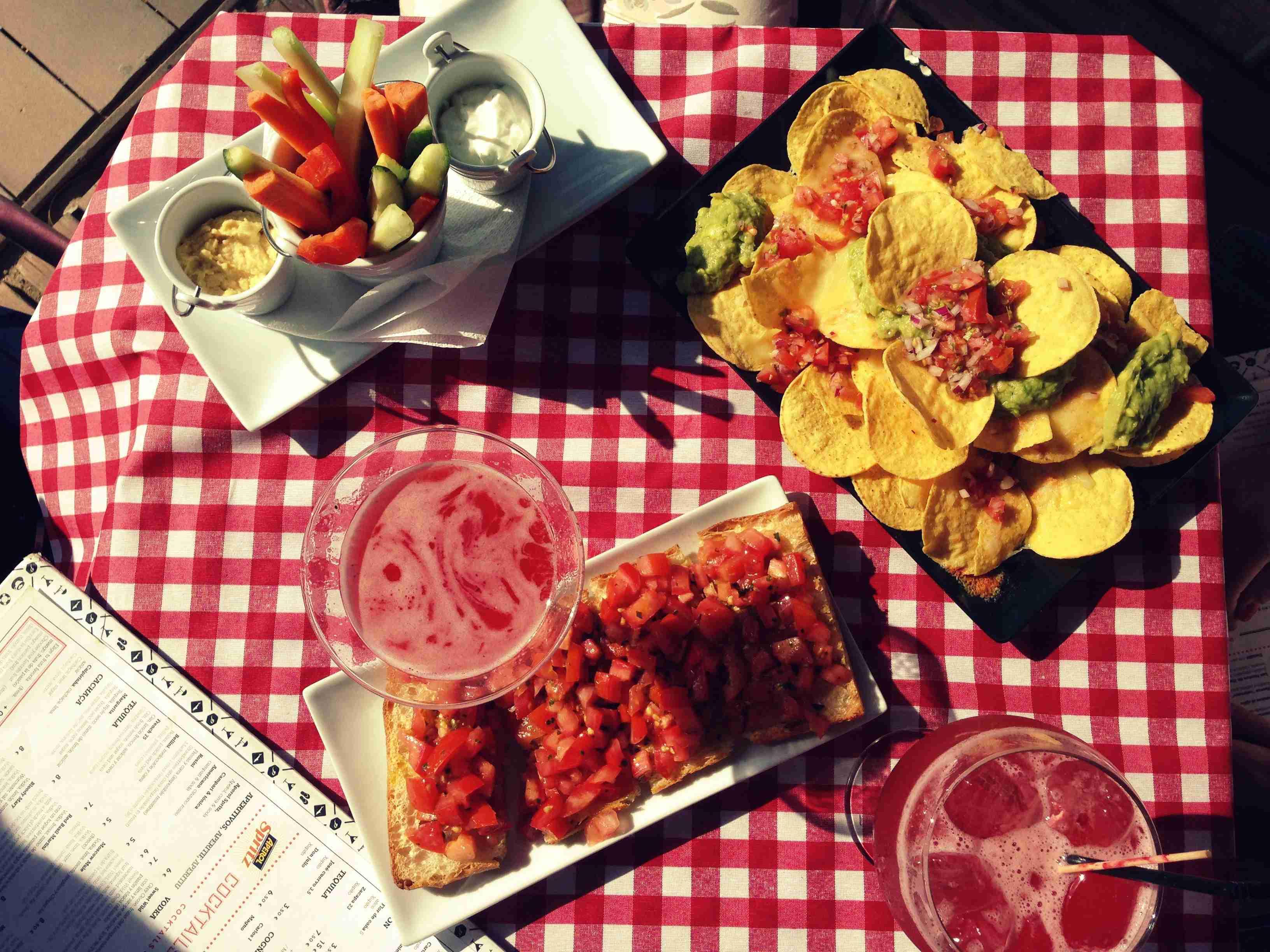 Nachos, bruschetta e verduras en La carta de La Deliciosa